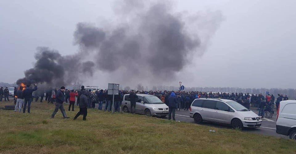 «Евробляхеры» перекрыли границу с Польшей / фото tsn.ua
