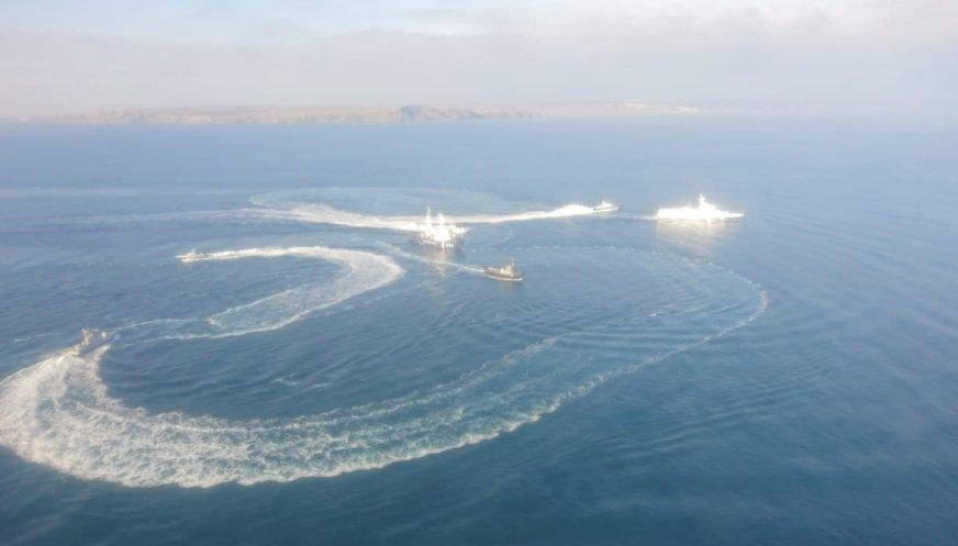 25 ноября утром российский пограничный корабль протаранил буксир ВМС Украины / фото @Ukr_Che