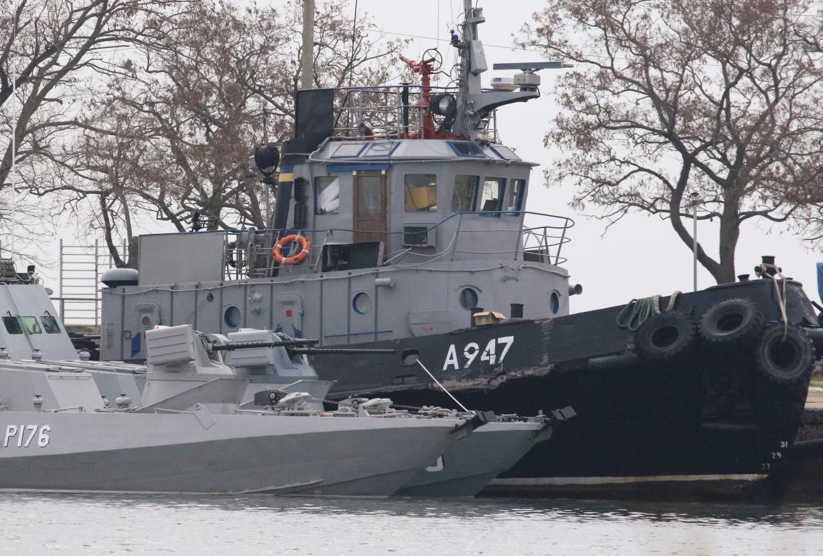 Захваченные украинские корабли в порту Керчи / REUTERS