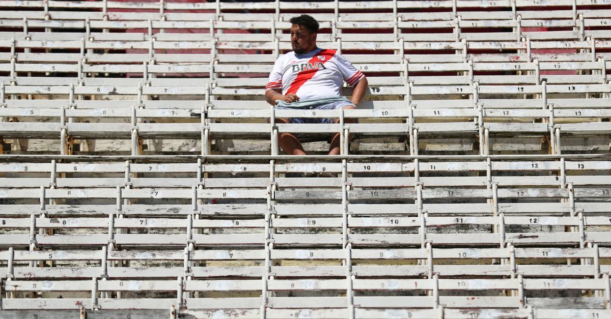 """Фанат """"Рівер Плейт"""" на порожньому стадіоні в очікуванні матчу з """"Бока Хуніорс"""" / REUTERS"""