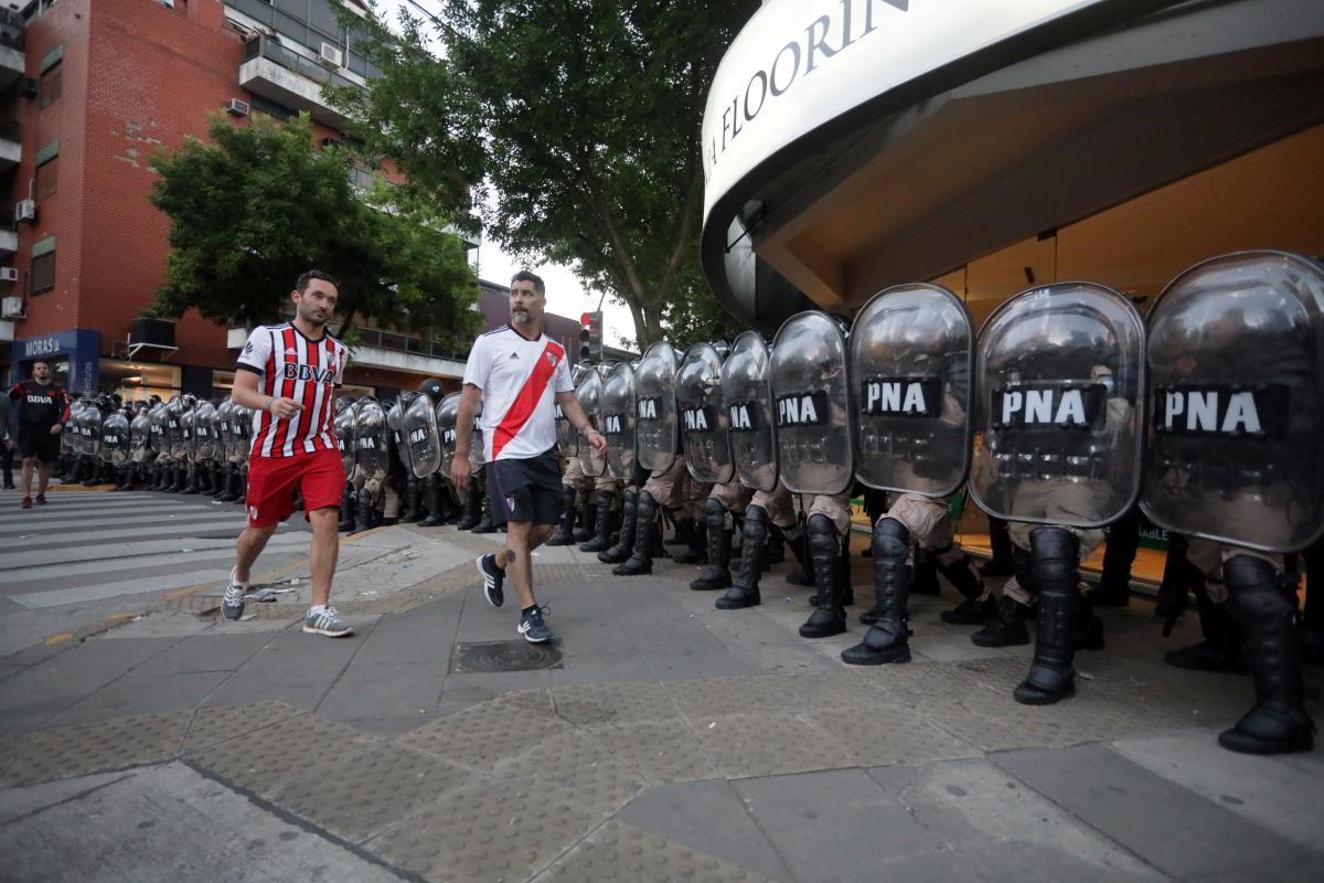 "Домашня арена ""Рівер Плейт"" в Буенос-Айресі оточена поліцією / REUTERS"