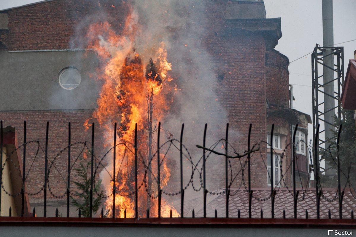 Во дворе диппредставительства сгорела елка / фото twitter.com/itsector