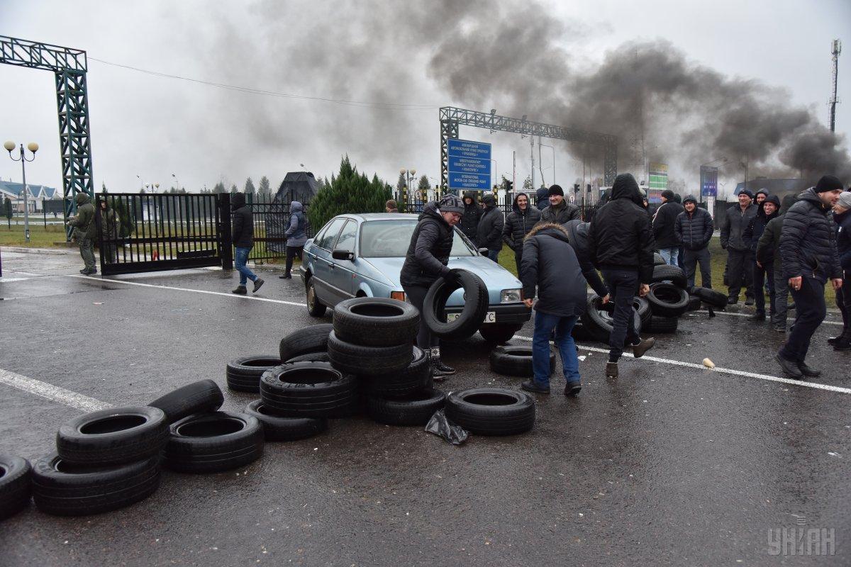 """Протесты """"евробляхеров"""" на границе ежедневно обходились бюджету в 45 млн грн / фото УНИАН"""