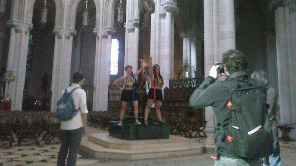 Полуобнаженные девушки приковали себя к кресту в церкви / Фото: twitter.com/FemenSpain