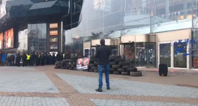 Возле входа в ТРЦ Ocean Plaza сложили шины  / скрин видео Информатор