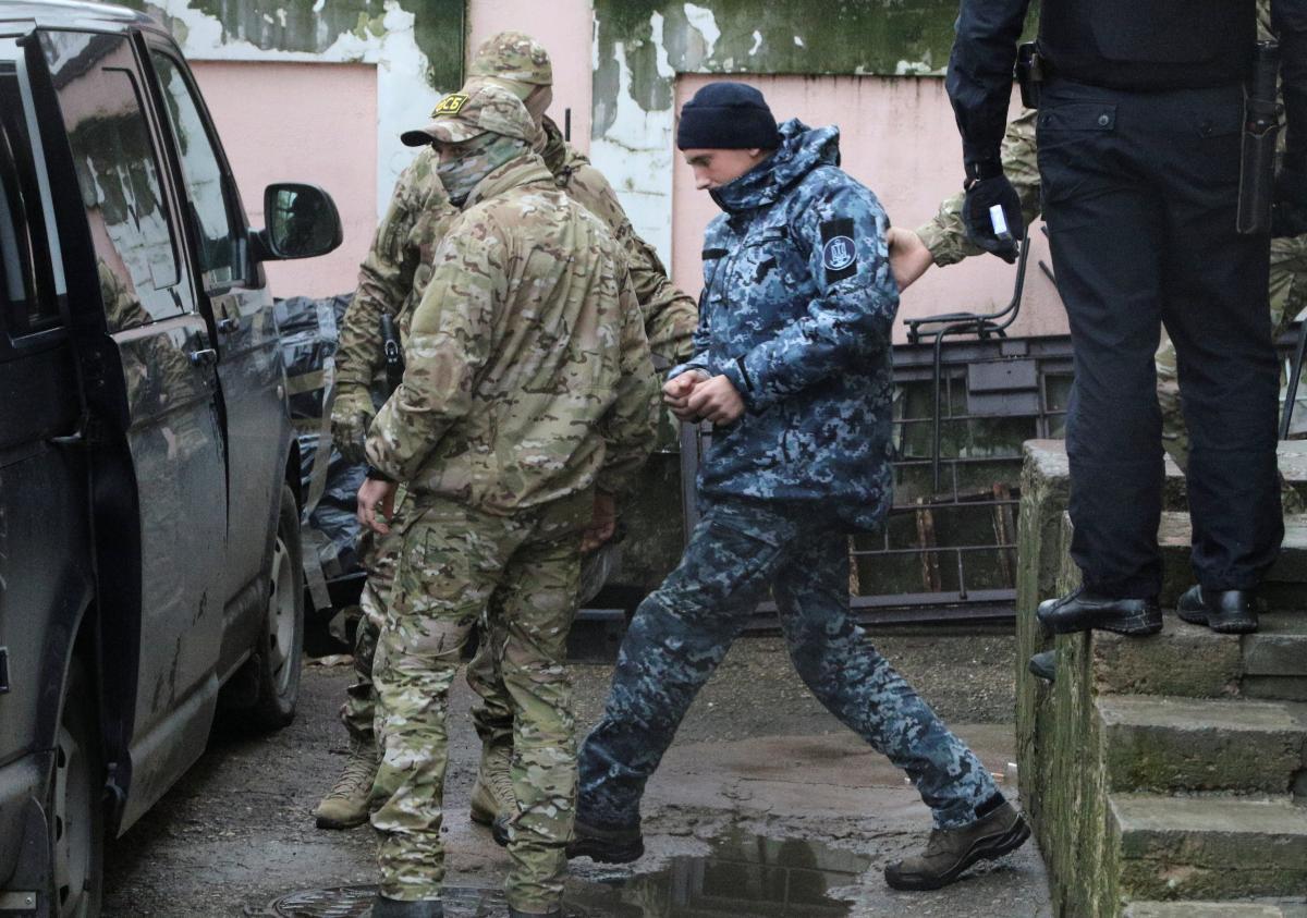 Конвоирование украинских моряков / REUTERS