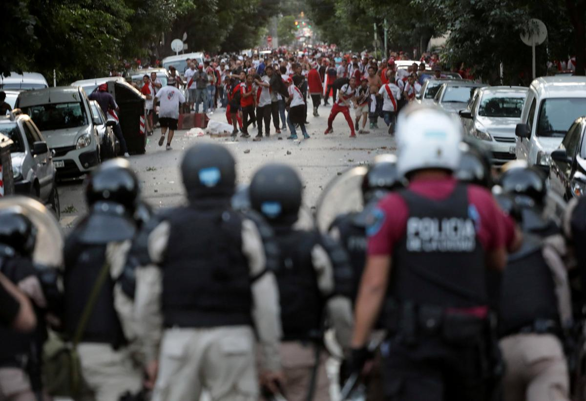 """Матч """"Ривер Плейт"""" - """"Бока Хуниорс"""" 24 ноября в Аргентине был сорван хулиганскими выходками фанов / REUTERS"""