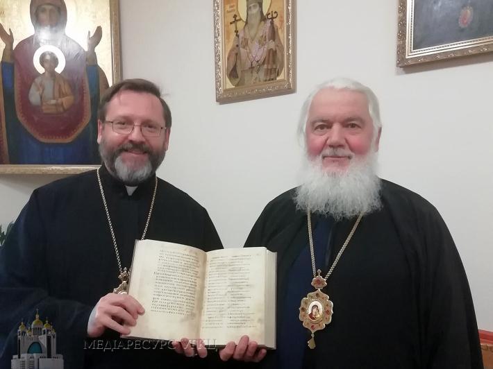 Блаженнейший Святослав подарил Галицкое Евангелие Митрополиту Макарию / news.ugcc.ua