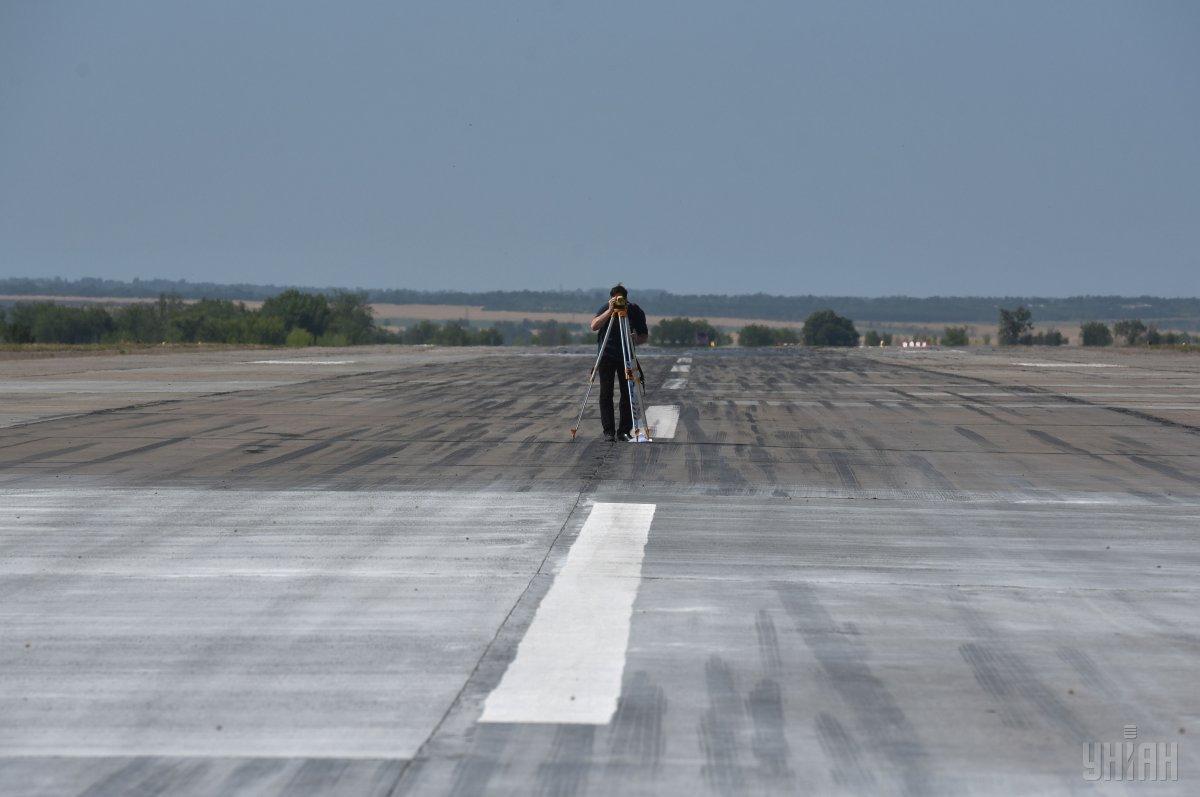 Ремонт взлетно-посадочной полосы в аэропорту Запорожья / фото УНИАН