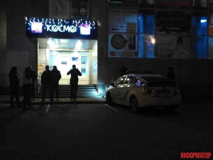 Біля входу в супермаркети на даний момент чергує поліція та охорона / фото Інформатор