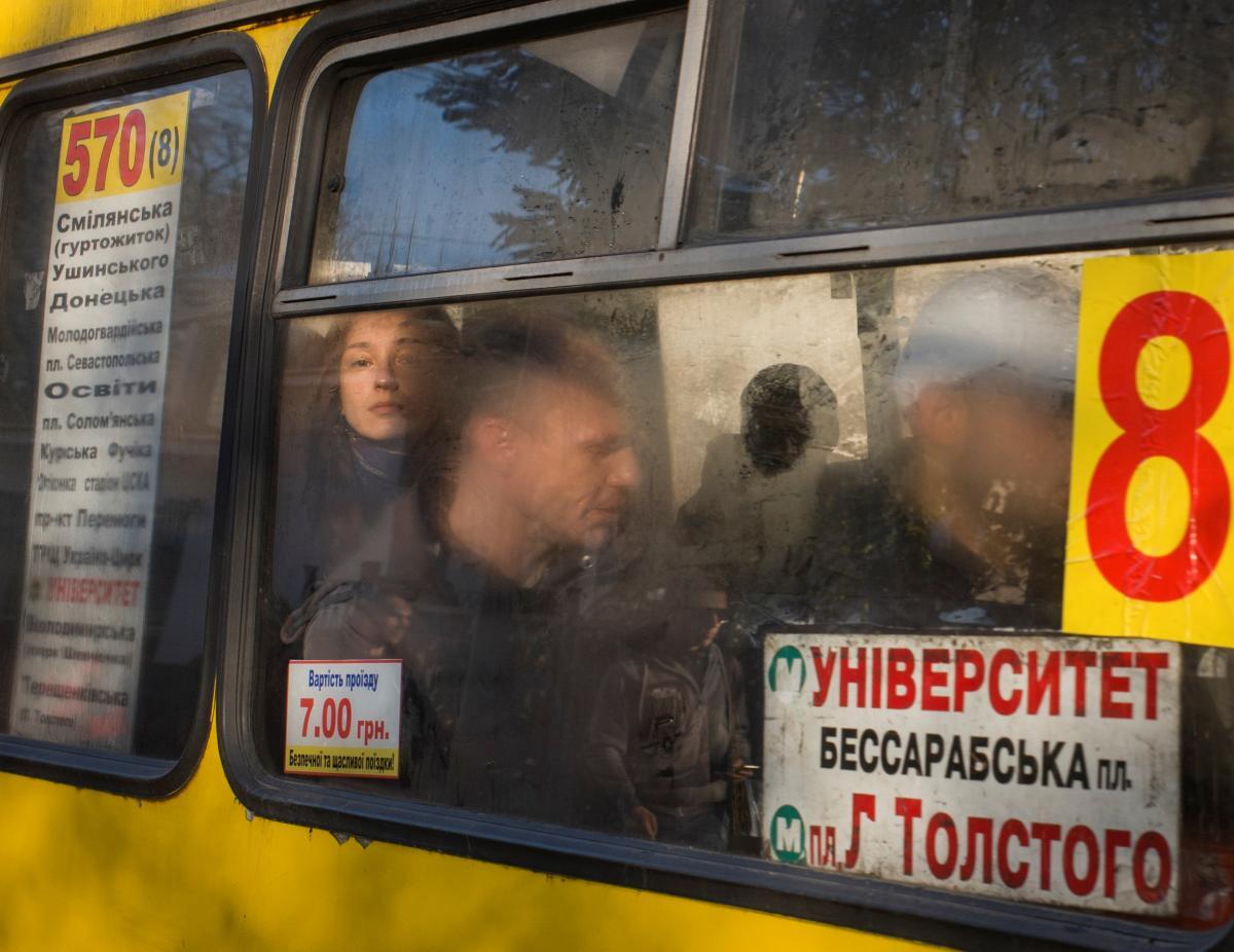 Kyiv may halt public transport over crowds of passengers / REUTERS