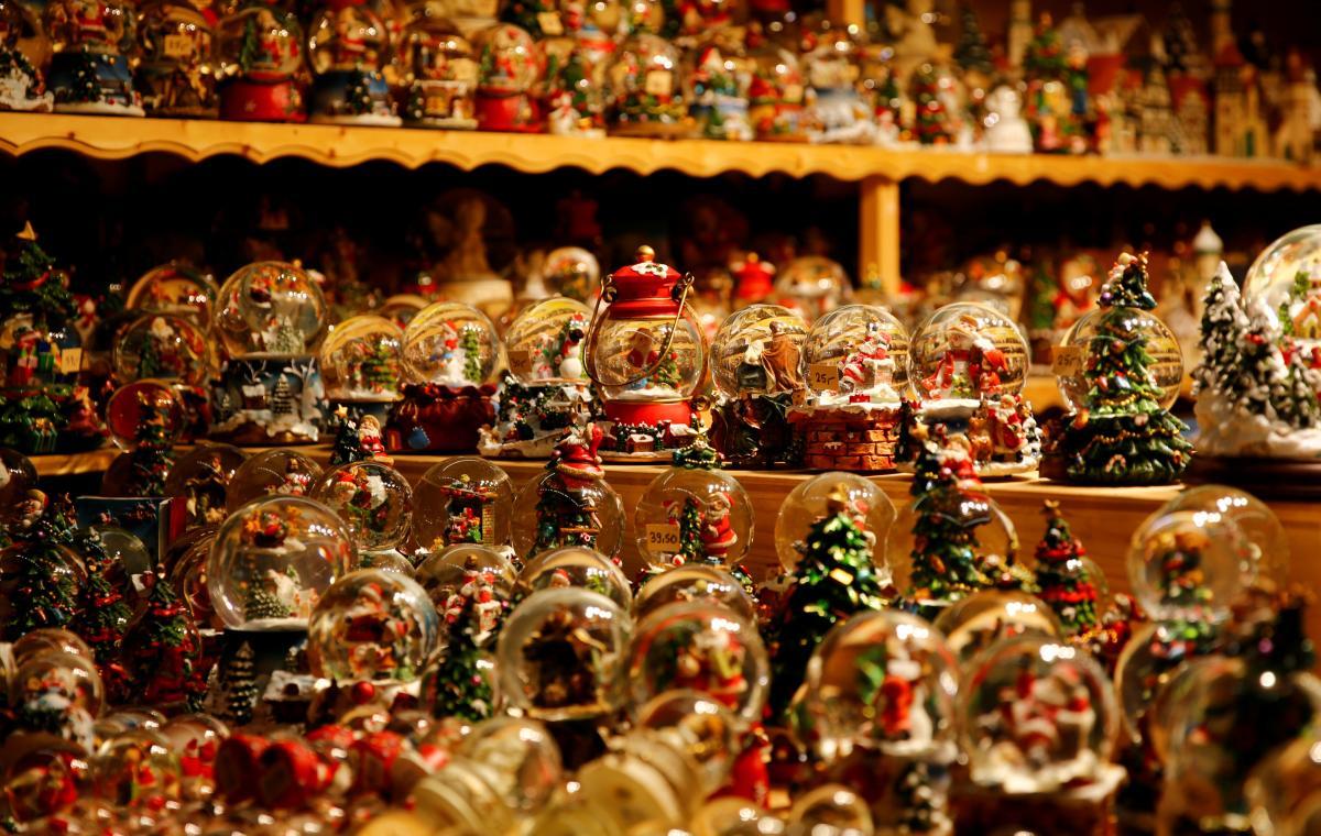 Рождественские сувениры - важный атрибут европейских ярмарок / Фото REUTERS
