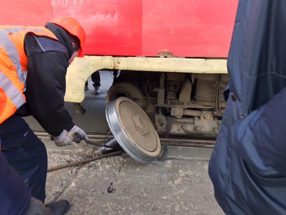 В Днепре трамвай потерял колесо прямо на путях / Информатор