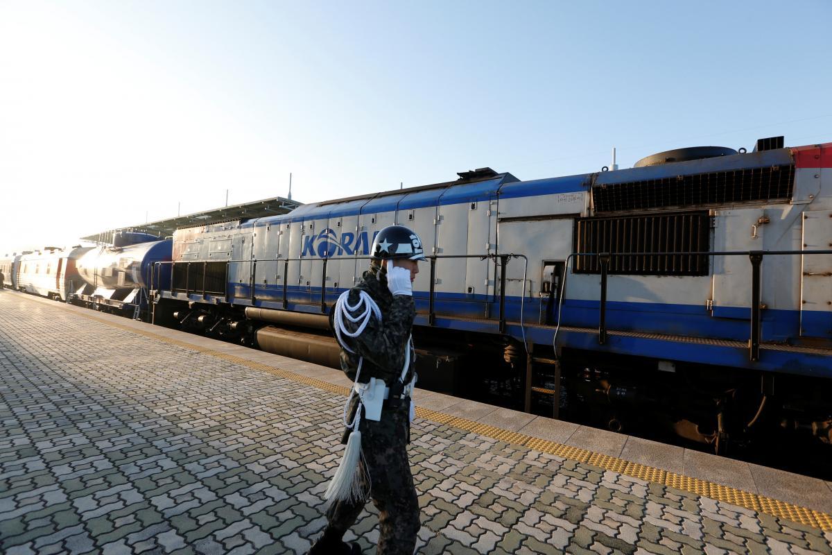 Поезд, которыйотправился из Южной Кореи в КНДР / REUTERS