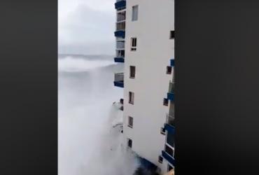 На Тенеріфе величезні хвилі змили балкони будинків (відео)