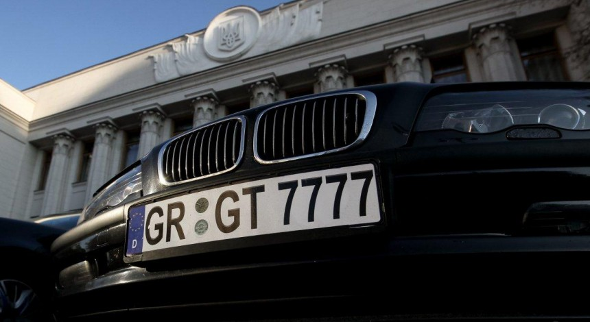 Owners of imported cars with foreign registration blocking traffic in Kyiv (Video)