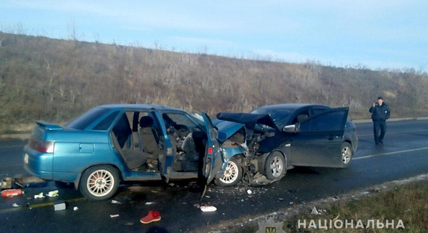 Внаслідок лобового зіткнення автівок на Полтавщині загинула людина, ще восьмеро отримали травми (фото)