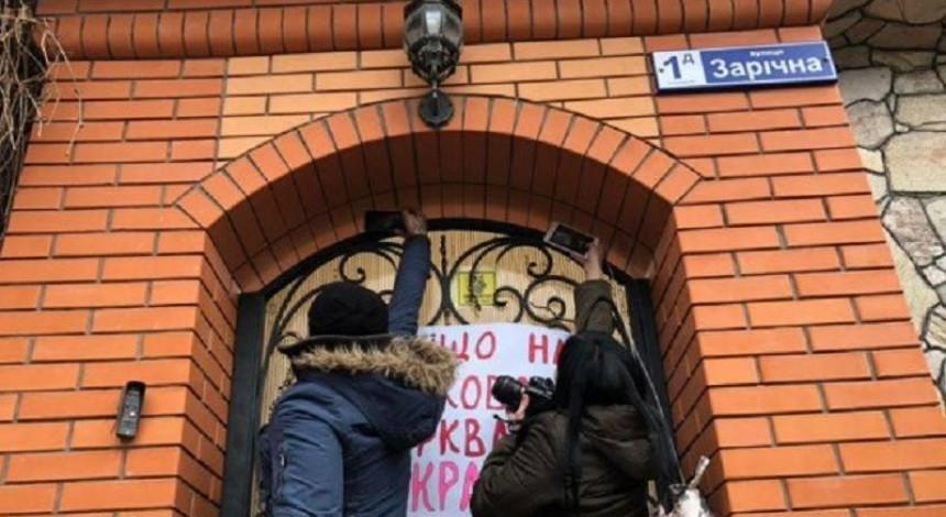 На Дніпропетровщині прихильники автокефалії штурмували резиденцію митрополита УПЦ МП (фото, відео)