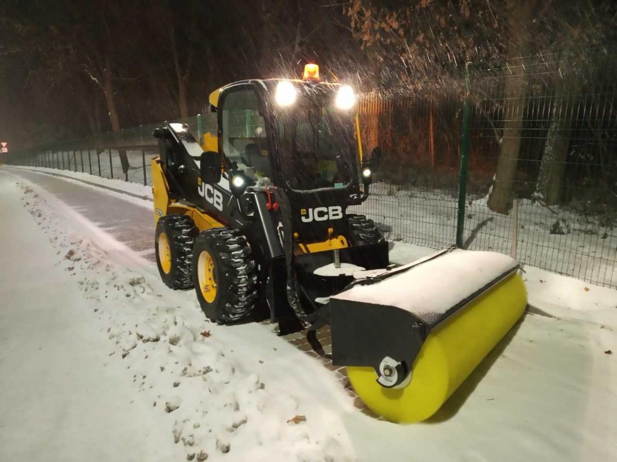 Более 350 единиц техники готовы к уборке снега в столице / фото КГГА