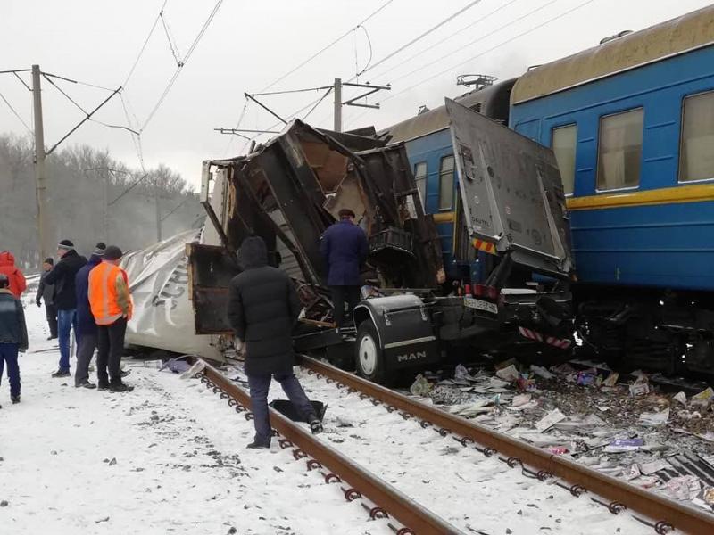 Столкнулись грузовик и пассажирский поезд / фото facebook.com/ua.kharkiv.nstu