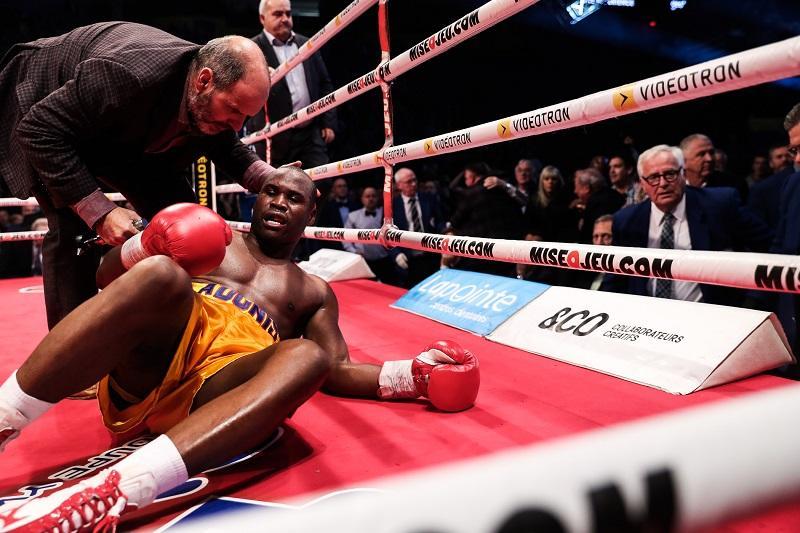 Стивенсон был введен в состояние комыпосле серии ударов Гвоздика / worldboxingnews.net