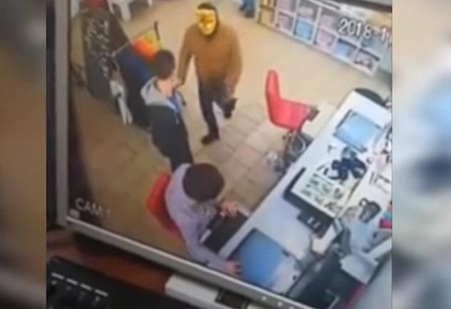 """В Кривом Роге задержали """"тигра"""", который пытался ограбить магазин / Скриншот - Youtube, Полиция Днепропетровщины"""