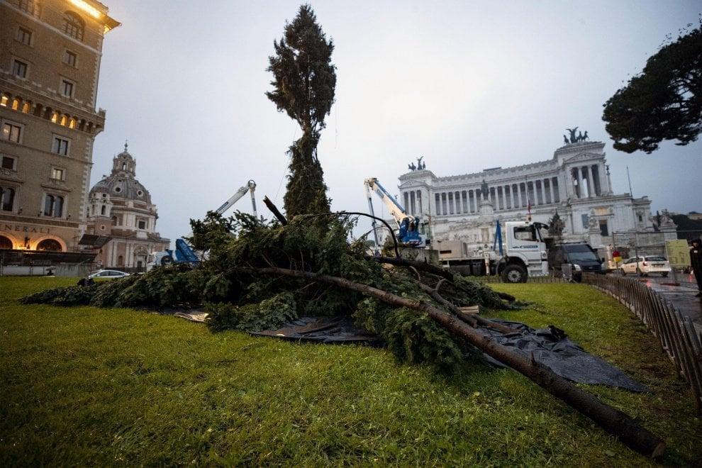 Італійці засмутилися через потворну різдвяну ялинку в центрі Риму / twitter.com