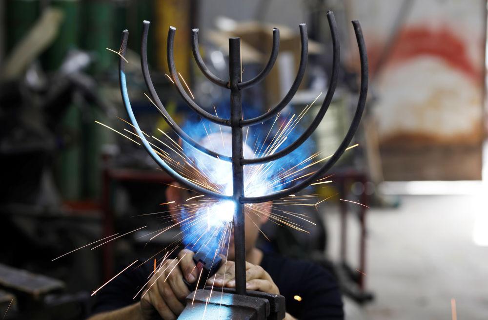 Израильский художник делает ханукальные светильники из осколков ракет / christiantoday.com