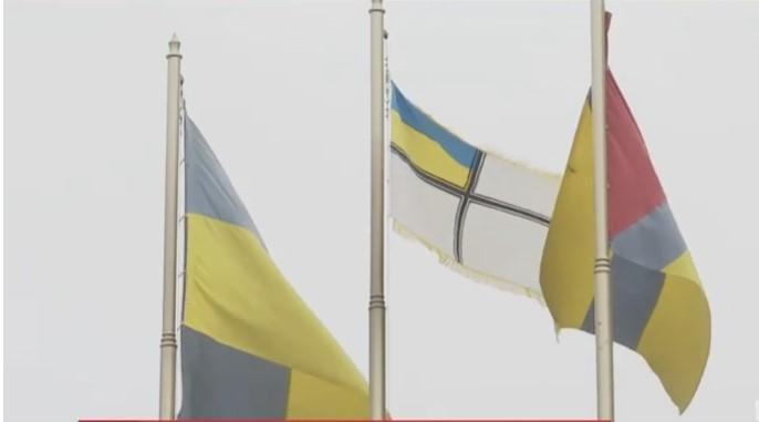 Прапор піднімала мати полоненого командира Наталя Кравченко / скріншот відео ТСН