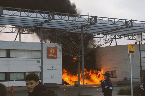 Во Франции школьники частично сожгли лицей / фото из Twitter