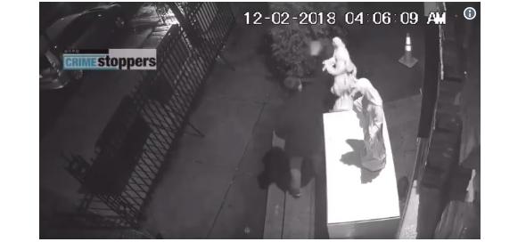 Момент совершения акта вандализма в Нью-Йорке. Стоп-кадр / eadaily.com