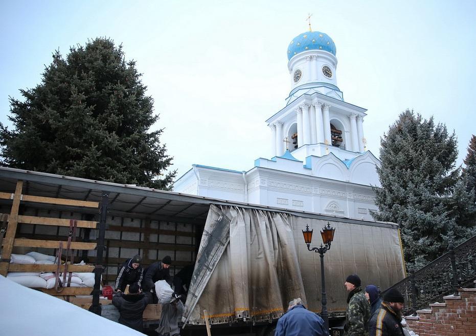 Православные Буковины передали 25 тонн продуктов для переселенцев/ svlavra.church.ua