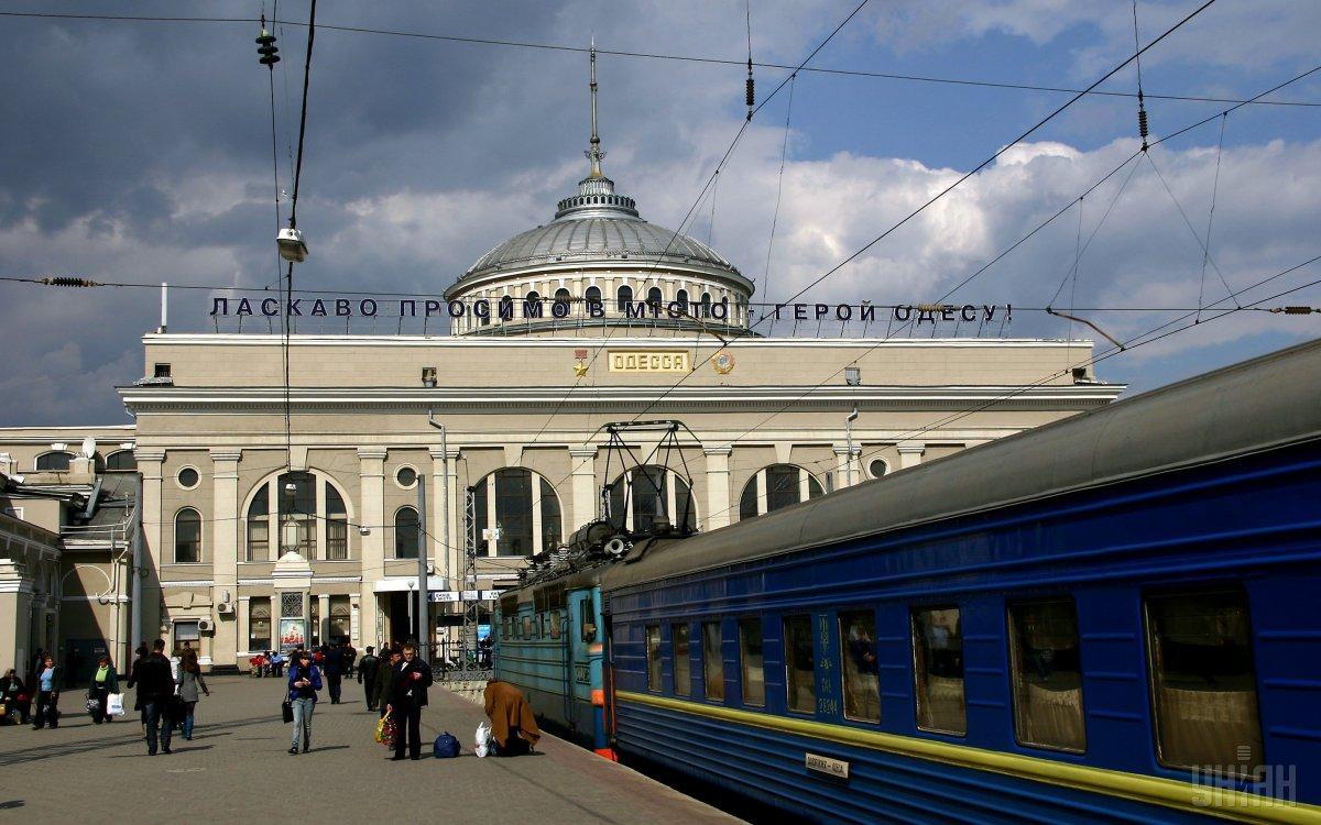 С железнодорожного вокзала Одессы эвакуировали людей из-за подозрительнойсумки/ фото УНИАН