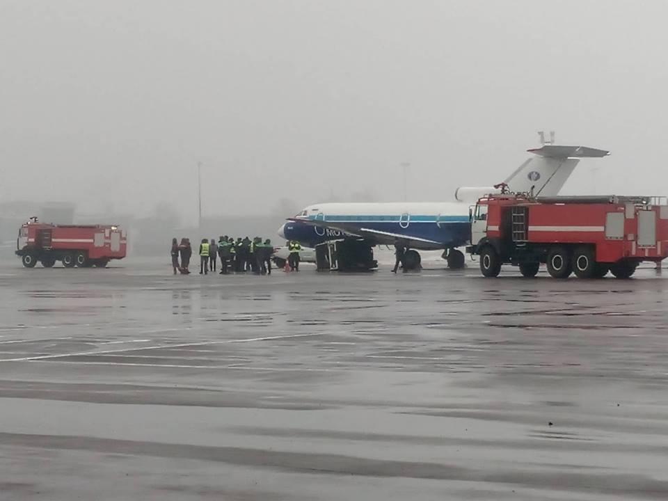 """В аеропорту """"Київ"""" літак не розминувся з генератором / Facebook - Роман Сініцин"""