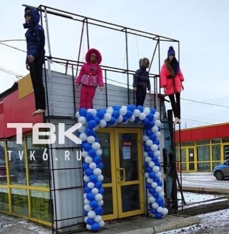 Манекенів повісили над входом у торговельну точку / фото Instagram телеканалу ТВК-6