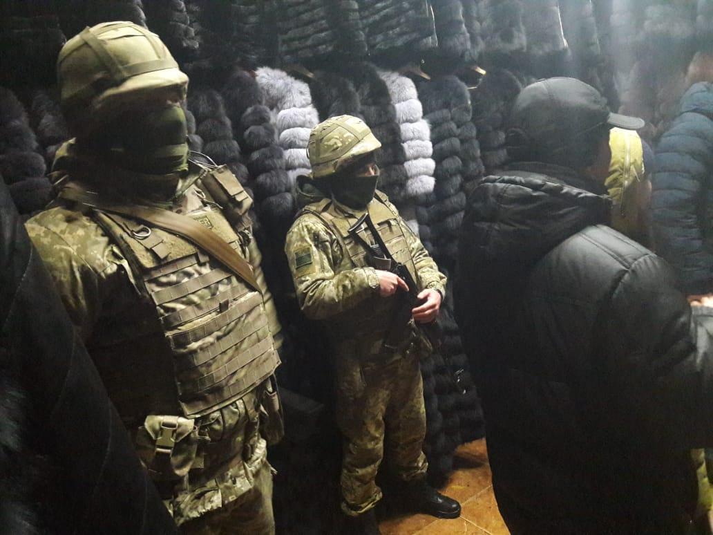 Правоохранители изъяли более 300 единиц меховых изделий / фото dpsu.gov.ua