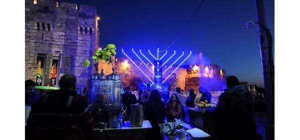 Ханукальная менора в Иерусалиме / Фото: Mendy Hechtman/Flash90