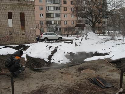 Не успели отремонтировать трубы возле дома, как прорвало центральную теплотрассу / фото Николай Бабич