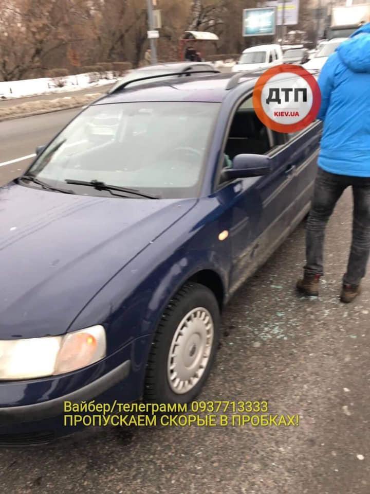 Злодії розбили вікна і витягли гроші з салону / фото dtp.kiev.ua