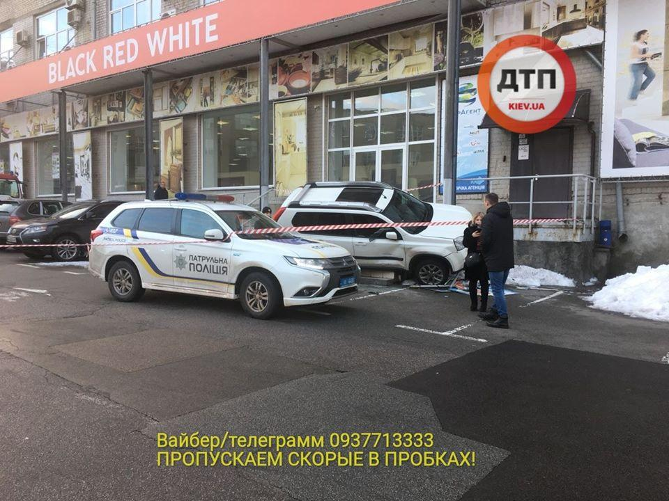 Nissan занесло на крыльцо магазина / фото dtp.kiev.ua