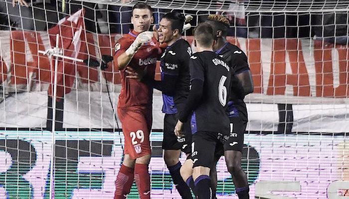 Лунин отбил пенальти в матче Кубка Испании и попал в объятия партнеров / twitter.com/CDLeganes