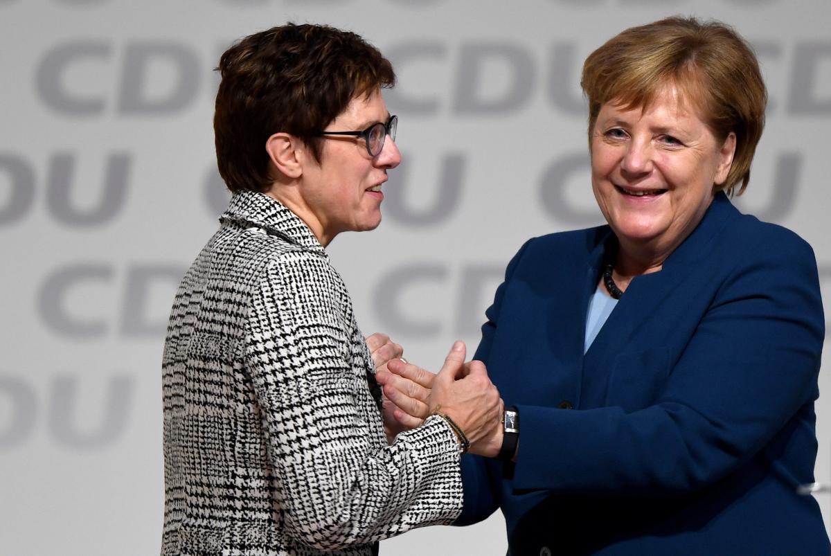 Аннегрет Крамп-Карренбауэр и Ангела Меркель \ REUTERS