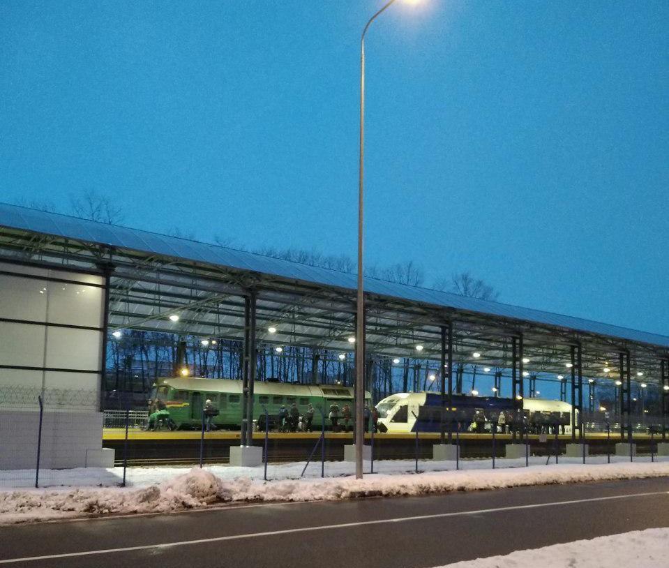 Тащить в аэропорт поломанный экспресс пришлось зеленому тепловозу М62 / фото соцсети