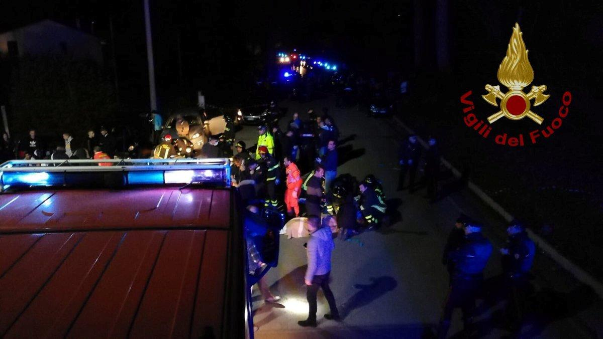 Спасатели возле итальянского клуба, где произошла давка / REUTERS
