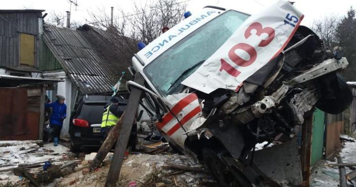 """У Житомирі карета """"швидкої"""" зіткнулася з легковиком та в'їхала у будинок / фото zhitomirnews"""