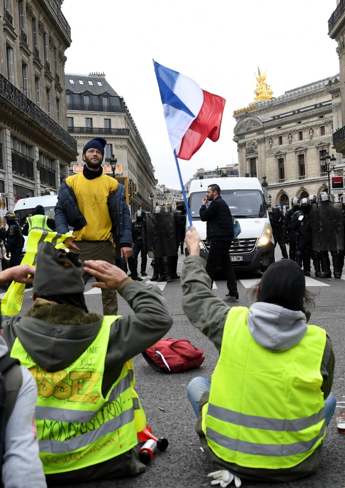 Российские тролли начали дезинформационную кампанию в соцсетях на фоне протестов во Франции / REUTERS