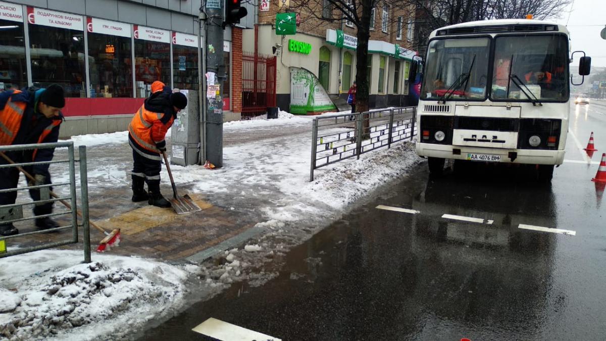 """""""Київавтодор"""" рекомендує пішоходам рухатись тротуарами з обережністю / фото УНІАН"""