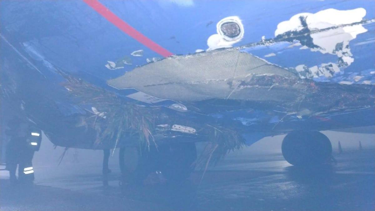 """Поврежденный двигатель самолет """"Белавиа"""" после того, как выкатился за пределы ВПП / фото из соцсетей"""