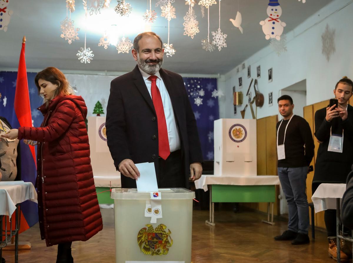 Никол Пашинян голосует на внеочередных выборах / REUTERS