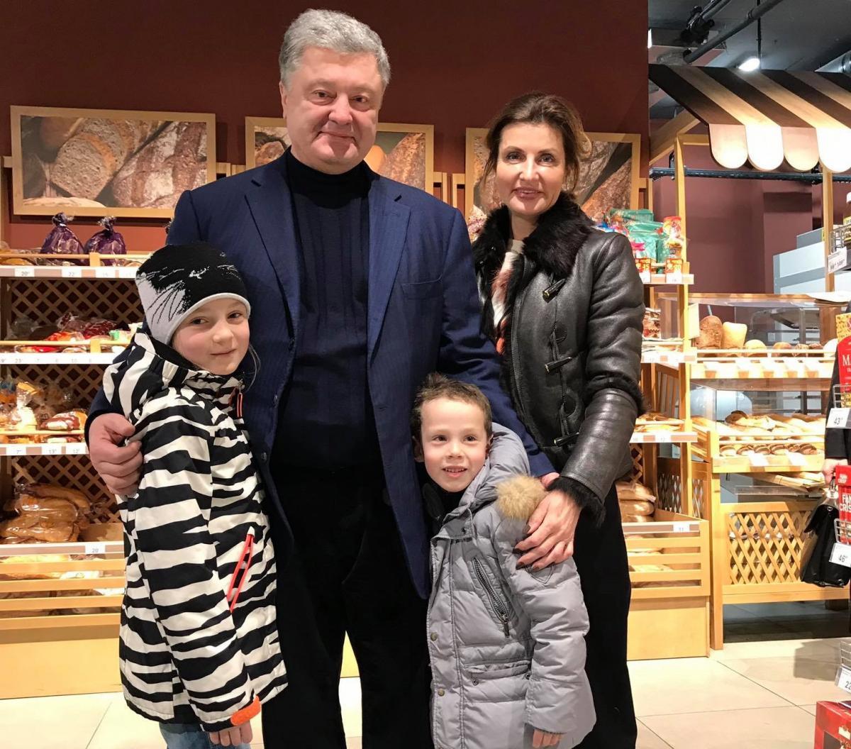 Порошенко с супругой заметили в супермаркете / фото facebook.com/nautilus.kiev